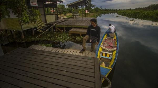 Kabupaten Tapin terkenal mempunyai obyek wisata religi yang menarik dikunjungi salah satunya makam Datu Muning dan untuk menuju ke makam tersebut pengunjung diajak menyusuri sungai Rutas menggunakan kelotok (perahu bermesin).