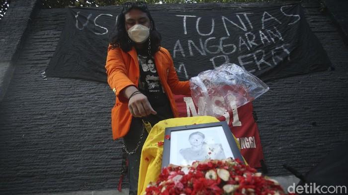 Hari ini tepat 22 tahun Tragedi Semanggi II terjadi, sejumlah mahasiswa melakukan aksi tabur bunga di Atmajaya, Jakarta.