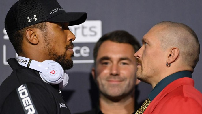 LONDON, ENGLAND - SEPTEMBER 23: Anthony Joshua and Oleksandr Usyk face off during a Press Conference ahead of the heavyweight fight between Anthony Joshua and Oleksandr Usyk at Tottenham Hotspur Stadium on September 23, 2021 in London, England. (Photo by Justin Setterfield/Getty Images)