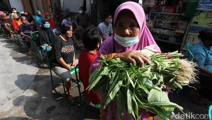 Sejumlah warga antusias mengantre untuk mendapatkan sayuran gratis di Solo. Kegiatan membagikan sayuran gratis itu digelar untuk berbagi rezeki di masa pandemi.