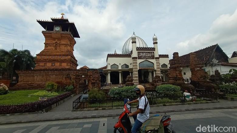 Bupati Kudus meminta kepada wisatawan yang datang harus sudah divaksin dengan menunjukan aplikasi PeduliLindungi. Wisatawan yang belum boleh divaksin belum boleh masuk.