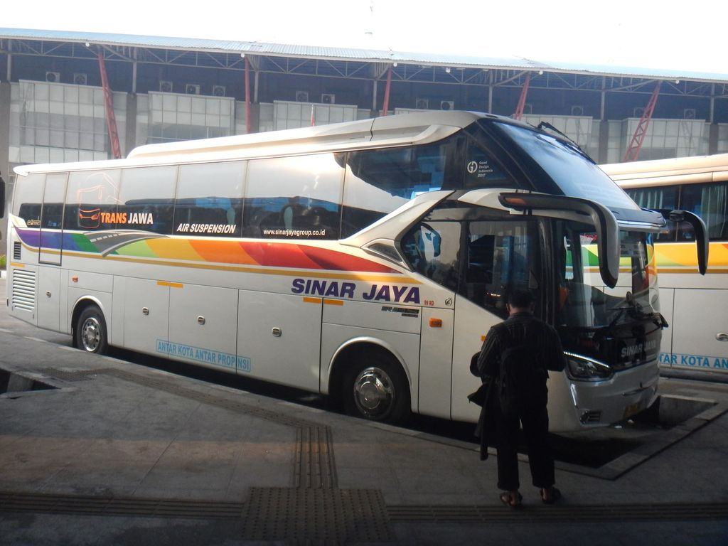 Bus Sinar Jaya Dites di Trans Jawa. Kecepatan tertinggi mencapai 143 km/jam, tapi mesin tidak kepanasan.