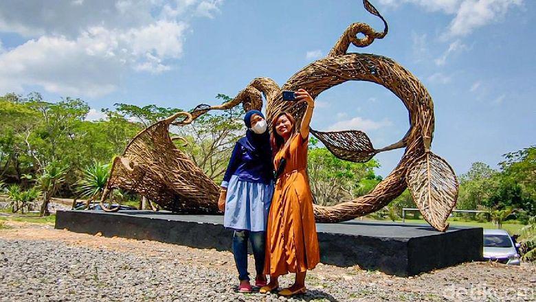 Ada yang berbeda pada Bukit Cubung di Kapanewon Lendah, Kabupaten Kulon Progo, Daerah Istimewa Yogyakarta (DIY). Destinasi wisata yang dikembangkan masyarakat itu kini semakin cantik dengan kehadiran replika Bunga Kecubung berukuran raksasa.