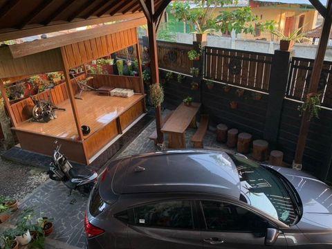 Desain rumah dengan pagar kayu tinggi di Lombok.