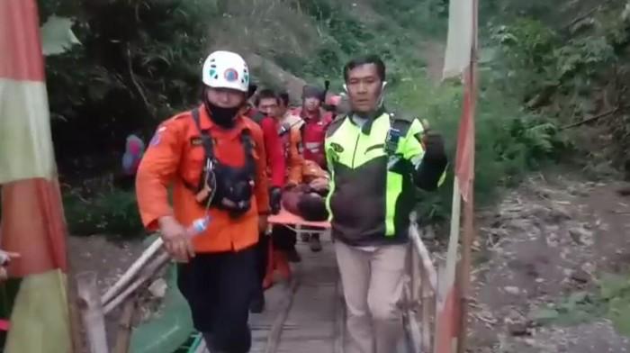Evakuasi bocah pendaki yang ditemukan selamat di Gunung Guntur
