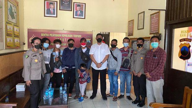 Foto bersama polisi dengan sejumlah warga yang hendak menyampaikan aspirasi ke Jokowi