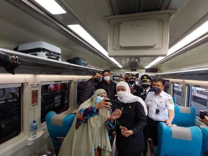 Gubernur Jatim selfie dengan penumpang KA Argo Anggrek