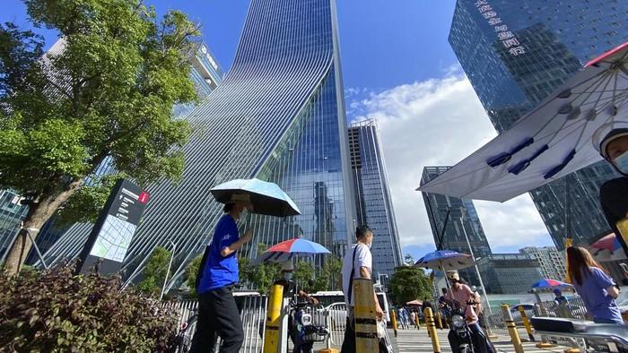 Raksasa properti China, Evergrande tengah disorot karena terancam bangkrut imbas kesulitan bayar utang. Sang pendiri perusahaan, Xu Jiayin pun ikut jadi sorotan