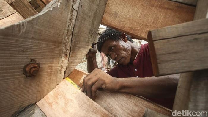 Kampung nelayan di Sentolo Kawat, Cilacap juga memiliki tempat untuk memproduksi kapal pencari ikan, dalam pembuatannya warga sangat gotong royong, begini potretnya.