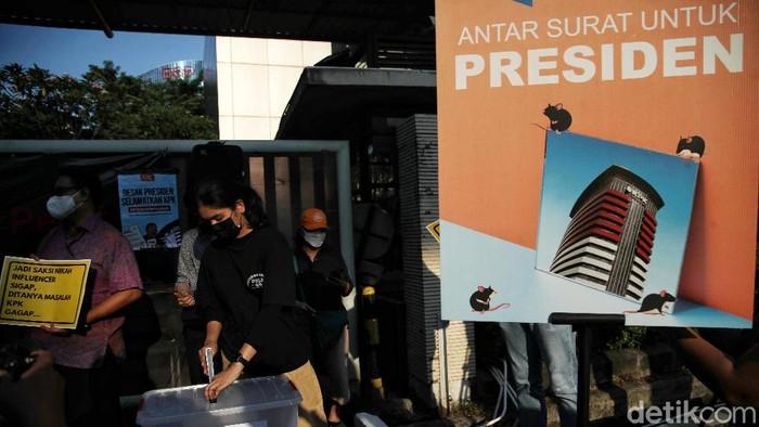 Pegiat Anti Korupsi melakukan orasi di kawasan Kantor Darurat Pemberantasa Korupsi di depan Gedung KPK Lama, Kuningan,  Jakarta Selatan, Jumat (24/9).