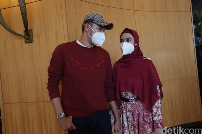 Kartika Putri dan suami saat ditemui di JW Marriot.