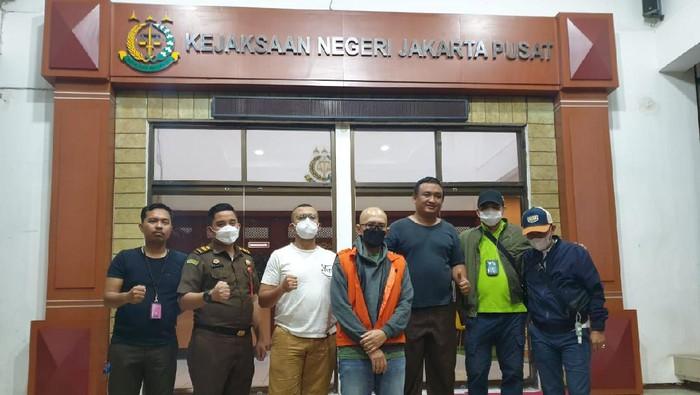 Tim gabungan Kejaksaan Agung (Kejagung) menangkap Andre Nugraha Achmad Nouval, buron kasus korupsi bank BUMN yang merugikan negara Rp 120 miliar. Andre ditangkap di Bekasi.