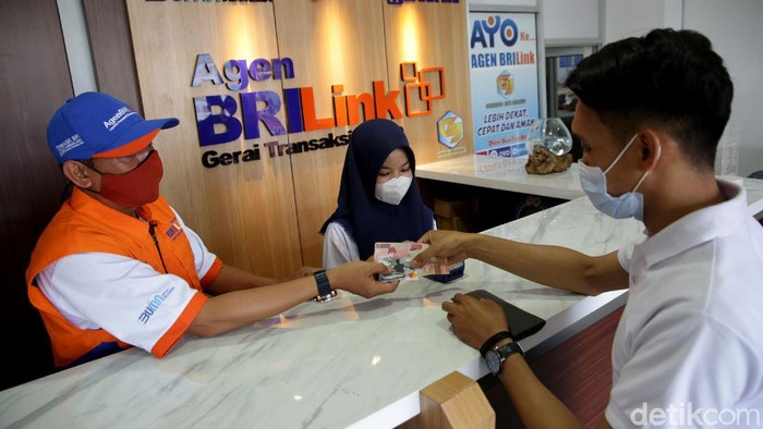 Gerai BRILink di Lampung ini tampak tak biasa. Pasalnya gerai BRILink itu dibuat menyerupai kantor bank lengkap dengan meja teller dan kursi tunggu. Penasaran?
