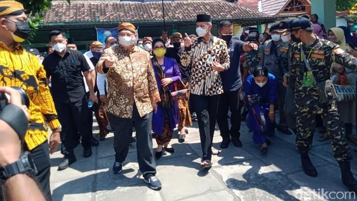 Gubernur Jawa Tengah Ganjar Pranowo bersama Menko Perekonomian Airlangga Hartarto terlihat kompak naik ojol saat hadiri acara di Klaten.