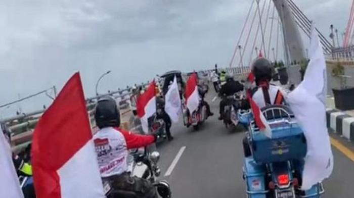 Konvoi moge di jembatan yang belum resmi dibuka