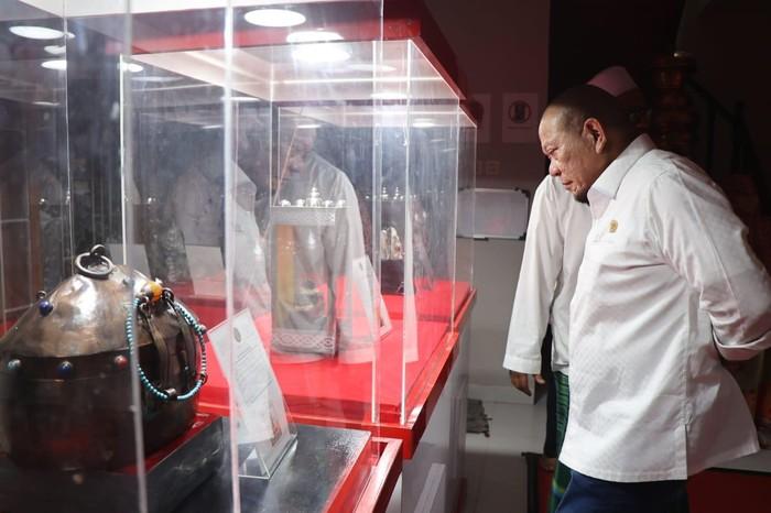 Ketua DPD RI AA LaNyalla Mahmud Mattalitti melihat benda-benda peninggalan Rasulullah SAW di tempat penyimpanannya di daerah Cinere, Depok, Jawa Barat.