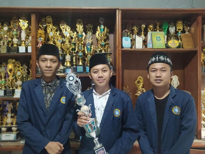 Empat mahasiswa Universitas Nurul Jadid (Unuja) Paiton, Kabupaten Probolinggo memborong juara Debat Bahasa Arab. Lomba tersebut digelar di IAIN Syeikh Nur Djati Cirebon.