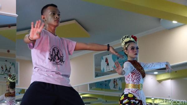 Di kalangan milenial, goyang karawang juga kerap ditampilkan lewat seni Jaipong yang populer di anak muda Karawang. Namun, telah mengalami penyesuaian yang lebih segar (Randy/detikTravel)