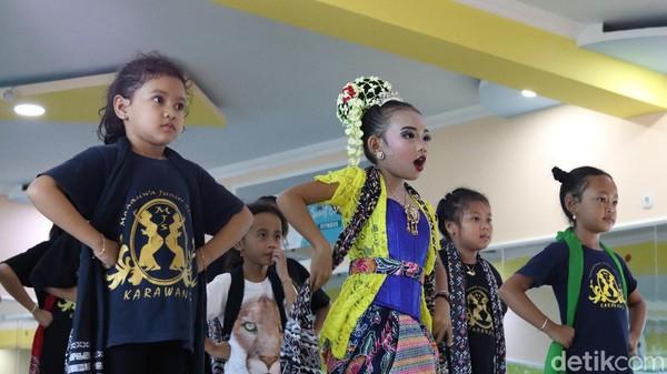 Tak hanya Risna yang telah remaja, seni tari Jaipong juga diramaikan oleh anak-anak yang masih berumur belia. Hingga saat ini, regenerasi tetap dipertahankan demi menjaga identitas seni budaya Karawang(Randy/detikTravel)