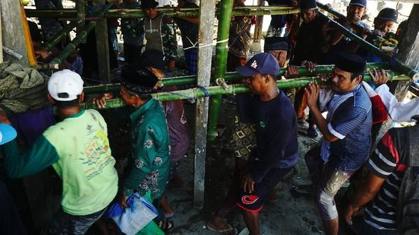 Tradisi memindahkan rumah panggung dengan cara diangkat secara gotong royong oleh masyarakat masih dilakukan di daerah tersebut.