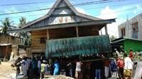 Melihat Lebih Dekat Tradisi Memindahkan Rumah Panggung di Sulbar