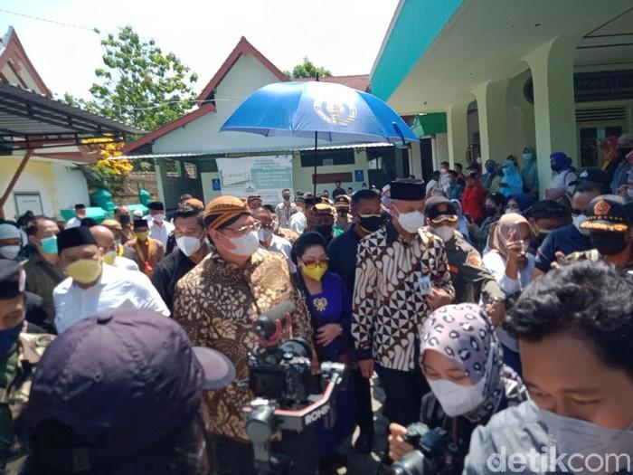 Menko Perekonomian Airlangga Hartarto dan Gubernur Jateng Ganjar Pranowo kompak naik ojol di acara Klaten