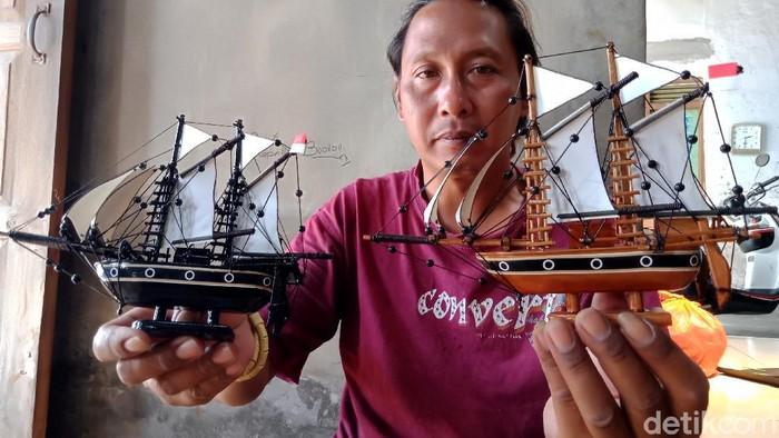 Agung Santosa (39) sukses raup cuan lewat kerajinan miniatur kapal di dalam botol berbahan limbah. Miniatur kapal itu bahkan telah dipasarkan ke luar negeri.