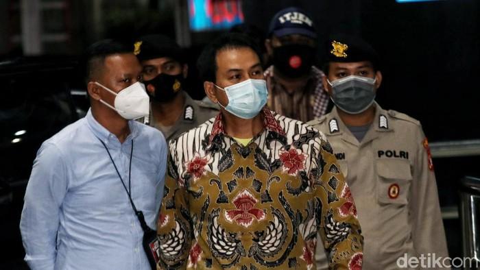 KPK telah menetapkan Wakil Ketua DPR RI Azis Syamsuddin sebagai tersangka dugaan kasus korupsi di Lampung Tengah. Azis Syamsuddin telah tiba di gedung KPK usai dijemput KPK.