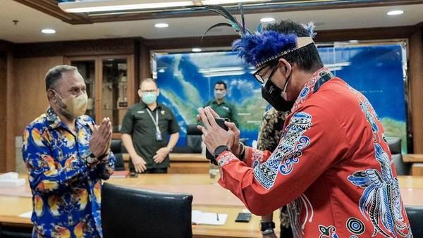 Pada pertemuan terbatas tersebut Sandiaga Uno mendengarkan aspirasi dan masukan dari Tokoh Masyarakat Adat Papua sekaligus mengapresiasi kedatangan delegasi dewan adat Papua ke Kemenparekraf dengan tujuan memberikan undangan untuk hadir dalam acara KBMA IV yang akan diselenggarakan 25-30 Oktober 2021.
