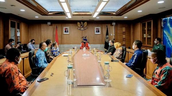 Sandiaga menegaskan, konferensi Besar Masyarakat Adat Papua ke IV di Kaimana Wilayah Adat Bomberay adalah sebuah konferensi besar yang membahas kebijakan-kebijakan pembangunan yang dilakukan oleh pemerintah baik pusat maupun daerah. Selain itu, dalam konferensi tersebut juga akan ada pertunjukan seni dan budaya dari suku-suku tujuh wilayah adat di Tanah Papua.