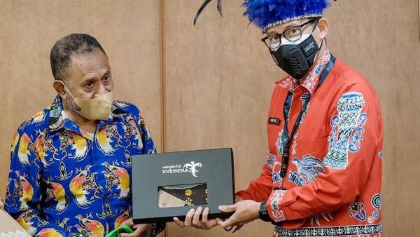 Menteri Pariwisata dan Ekonomi Kreatif/Kepala Badan Pariwisata dan Ekonomi Kreatif Sandiaga Salahuddin Uno bertemu dengan tokoh masyarakat adat Papua di Gedung Sapta Pesona, Jakarta.