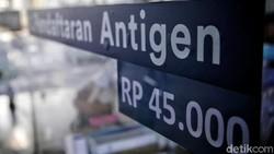 Tarif tes antigen di sejumlah stasiun Indonesia, termasuk Stasiun Gambir turun mulai hari ini. Dari sebelumnya Rp 85 ribu, kini menjadi Rp 45 ribu.