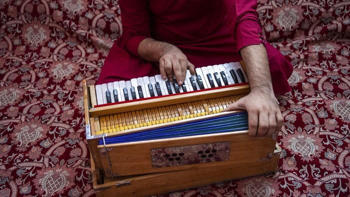 Suara musik kian tenggelam di tengah hiruk pikuk aktivitas di Afghanistan. Pasalnya tak sedikit musisi yang takut untuk berkarya karena Taliban melarang musik.