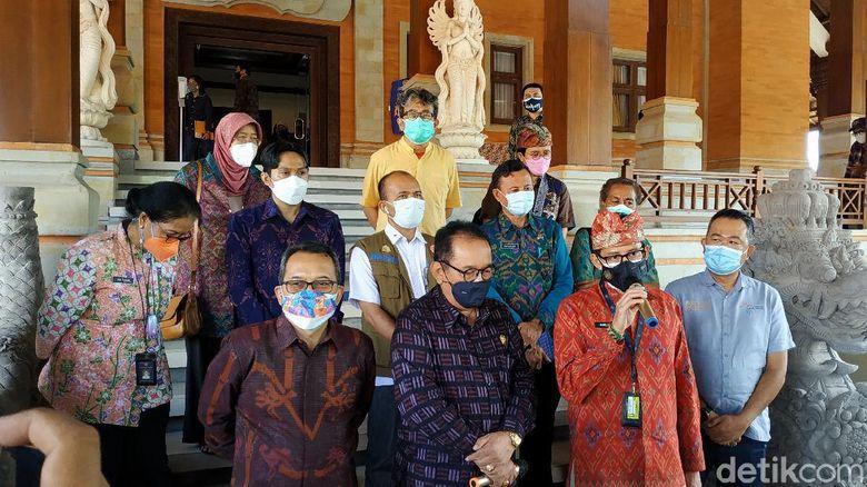 Kemenparekraf menyiapkan paket wisata vaksin booster dan staycation bagi tenaga kesehatan (nakes) di Bali. Berbagai paket ini disiapkan sebagai bagian dari uji coba pembukaan Bali untuk wisatawan mancanegara (wisman).