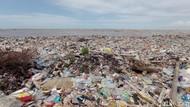 Nelayan Cirebon Sulit Melaut Gegara Pantai Disesaki Sampah