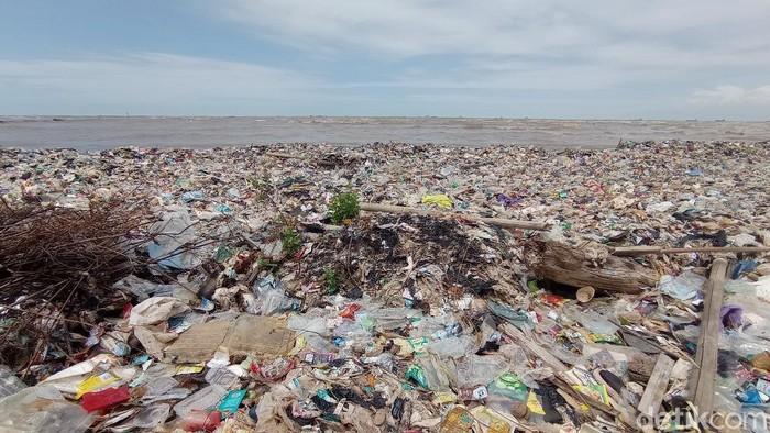 Pantai Kesenden Cirebon Dipenuhi Sampah