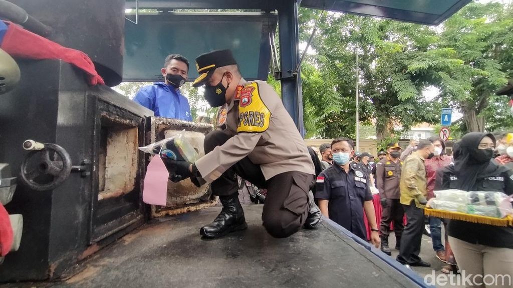 39 Kg Sabu dan 4,3 Kg Ganja Dimusnahkan di Surabaya