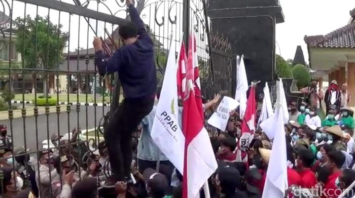 Peringatan Hari Tani Nasional di Blitar diwarnai demo. Kantor Pemkab Blitar ramai didatangi massa yang tuntut bupati segera selesaikan konflik agraria di Blitar