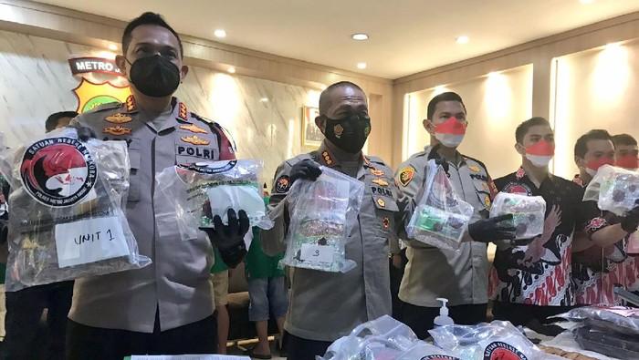Polres Jakbar tangkap 8 kurir narkoba, sita barang bukti senilai Rp 22,5 miliar