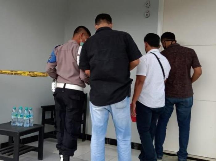 Pria asal Bali, TS (46), tewas di kamar hotel yang ada di Kecamatan Gambiran, Banyuwangi. Ia diduga tewas karena serangan jantung usai meminum obat kuat.