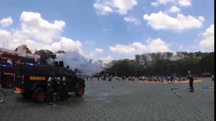 Simulasi penanganan kerusuhan oleh Tim Anti Anarki Pasukan Huru Hara Brimob di Akpol, Jateng