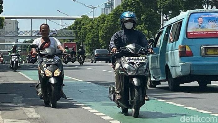 Polda Metro Jaya menggelar Operasi Patuh Jaya sejak Senin (20/9). Meski begitu, banyak dari para pengendara motor yang masih melanggar.