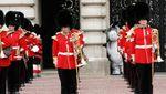 Tahu Nggak, Ini Alasan Penjaga Istana Inggris Pakai Topi Bulu Tinggi