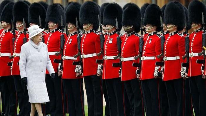 Topi bulu tinggi yang dipakai penjaga istana Inggris jadi salah satu ikon unik negara Ratu Elizabeth II itu. Tapi, tahukah kamu awal mula topi bulu tinggi itu?