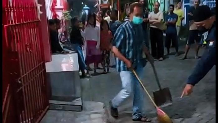 Warga Perumanan Sobontoro Permai, Kecamatan Boyolangu, Tulungagung mengamankan seorang pria yang diduga melakukan teror beras kuning. Beras kuning itu ditebar di depan rumah Kepala Cabang Dinas Pendidikan Provinsi Jawa Timur di Tulungagung.