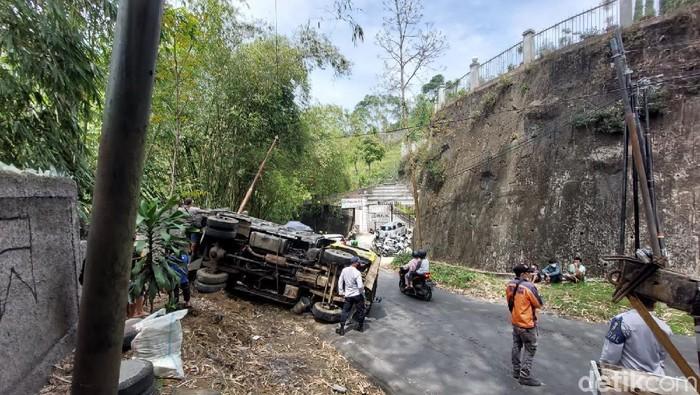 Truk sampah terguling di Lembang akibat tak kuat menanjak
