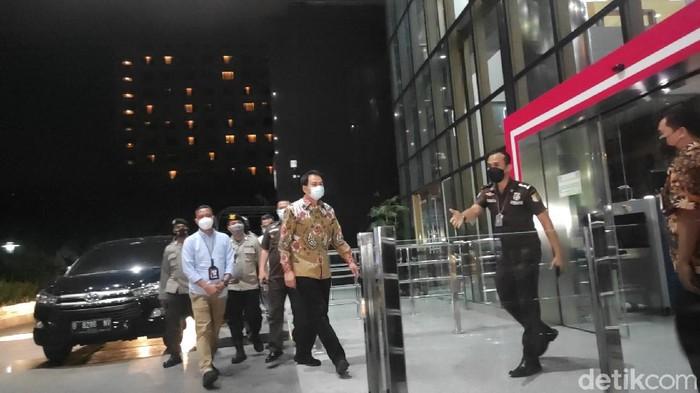 Wakil Ketua DPR Azis Syamsuddin tiba di gedung KPK usai dijemput paksa