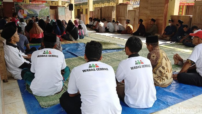 Warga Desa Wadas, Purworejo, yang tergabung dalam komunitas Wadas Cerdas menggelar istigasah, Jumat (24/9/2021).