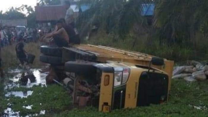 Warga melakukan evakuasi terhadap korban tewas kecelakaan truk masuk parit di Sumut