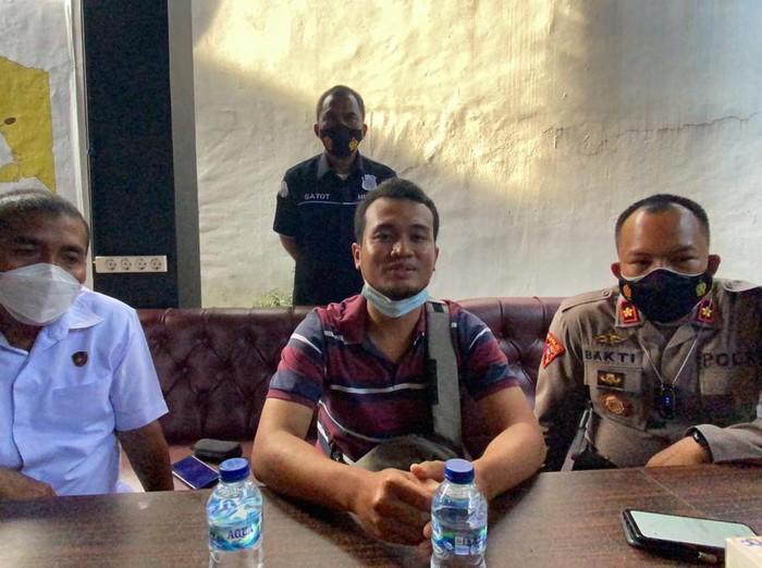 Anggota Calon Pekerja Migran Indonesia (CPMI) bicara di Polres Cilacap, Jumat (24/9/2021).